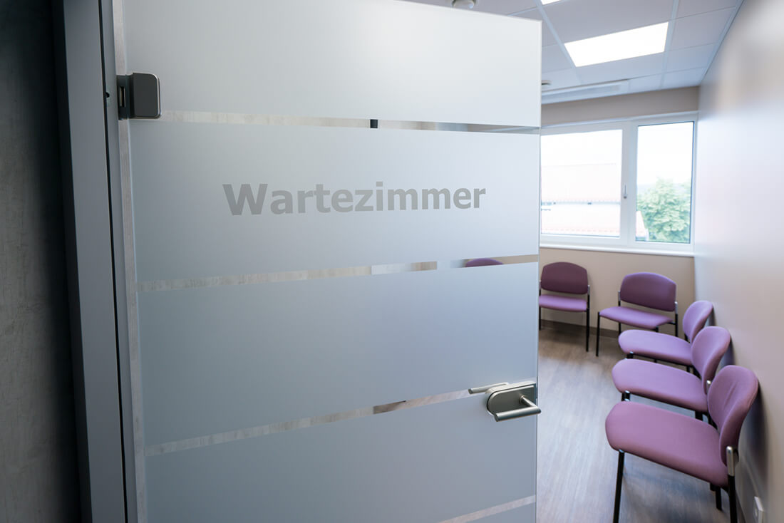 Unfallchirurg & Orthopäde Hechingen - Gfrörer - Wartezimmer der Praxis am Obertorplatz