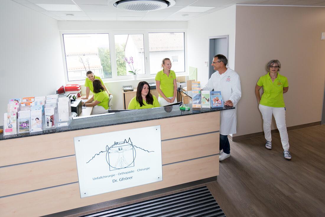 Orthopädie und Unfallchirurgie Hechingen am Obertorplatz - Gfrörer - das team am Empfang der Praxis
